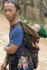 Vater mit Baby in Laos