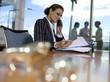 Geschäftsfrau, arbeiten im Büro, mit Telefon, Seitenansicht