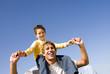 Junge Sitzen Vater auf den Schultern, Lächeln, Portrait