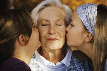 Zwei Mädchen Kind küssen Großmutter Oma, close-up