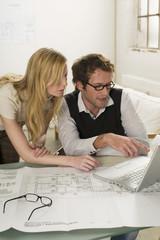 Junger Mann und Frau mit Laptop,