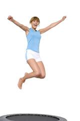Frau jung springen auf Trampolin,