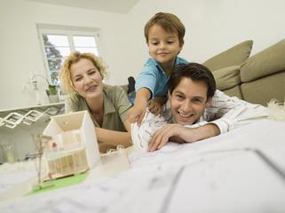 Junge Familie im Wohnzimmer, lächeln