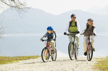 Deutschland, Bayern, Walchensee, Familie Radfahren