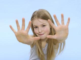 Mädchen zeigen Hände