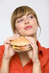 Frau jung mit hamburger, Seitenblick, close-up