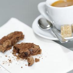 Eine Tasse Espresso und Schokoladen-Cookies