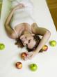 Frau liegen auf dem Bett mit Äpfeln,