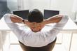 Geschäftsmann Mann, entspannen, zwei Laptops auf dem Schreibtisch