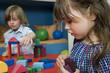 Junge und Mädchen spielen mit Bauklötzen, Portrait