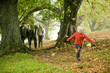 Deutschland, Schwäbische Alb, Familie zusammen spazieren im Wald