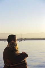 Paar stehen von Meer, Rückansicht