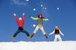 Österreich, Mädchen springen im Schnee,