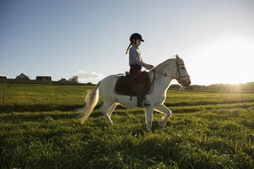 Mädchen Reiten pony, Seitenansicht