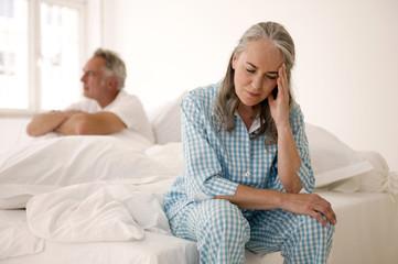 Ehepaar Paar sitzen auf dem Bett