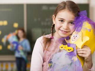 Mädchen mit Schultüte, Lächeln, Portrait, close-up