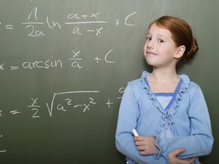 Mädchen stehen von Tafel, Portrait, close-up