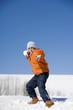 Österreich, Mädchen werfen Schneeball, Portrait