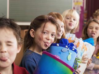 Kinder mit Schultüte, Zunge herausstrecken