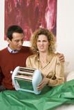 Paar sitzen auf Sofa, Frau halten Toaster
