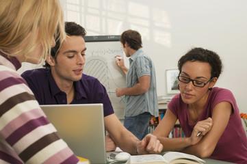Freunde Studieren mit Laptop