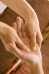 Frau bekommenden Handmassage
