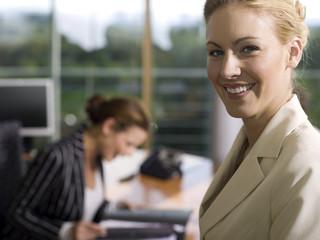 Frau junge im Büro, lächeln, close-up, Portrait