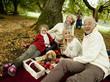 Deutschland, Schwäbische Alb, drei Generation Familie mit Picknick im Wald
