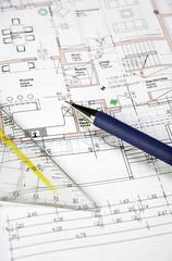 Geodreieck und Kugelschreiber auf Bauplan