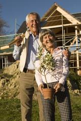 Senioren Paar im Garten, gärtnern arbeiten lächeln, Porträt,