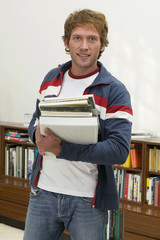 Junger Mann stehen mit Bücher halten, Porträt