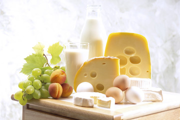 Foodstill mit Käse, Eiern und Milch