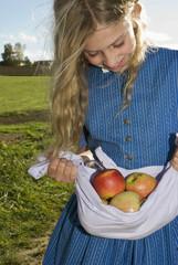 Mädchen, Äpfel tragen in Schürze, close-up