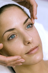 Frau jung bekommen Gesichtsmassage, close-up