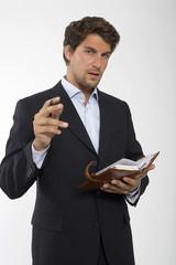 Junger Geschäftsmann mit persönlicher Organizer, close-up, Portrait