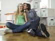Paar sitzen auf Boden, Mann küssen Frau