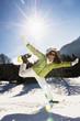 Frau mit Schneeschuhen, beim Springen