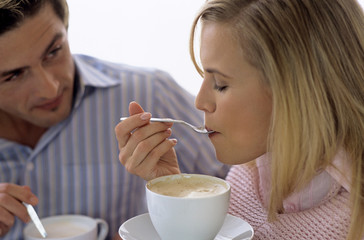 Junges Paar trinken Kaffee und Tee