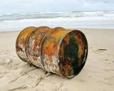 Fototapety Bidon de pétrole rouillé échoué sur une plage.
