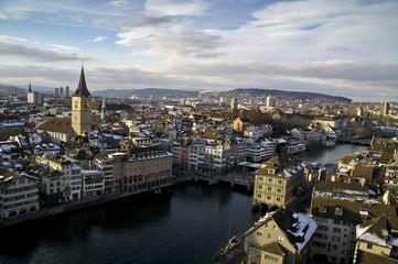 Zürcher Altstadt im Winter, Blick auf Limmat und St. Peter