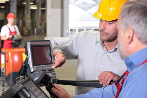 workers cooperation in warehouese - 9360974