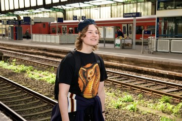Frau ärgert sich über Bahndienstleister