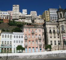Façades d'immeubles et maisons colorés, Bahia, Brésil.
