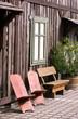 Holzbank und Holzstühle auf dem Hof