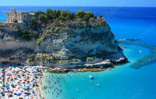 Sceniczny krajobraz z plażą i Tropea peninsola