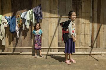 Hmong Mädchen mit Bruder, Laos