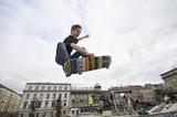 Fototapety Boy practicing skate in a skate park