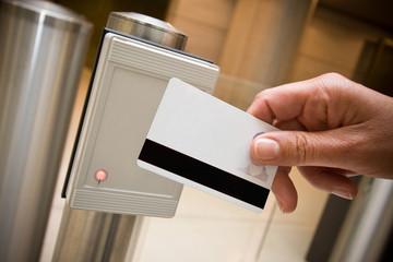 badge sécurité accès entrée portillon détecteur identité magnéti