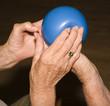 Seniorenhände beim Spiel mit einem Ball