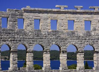 anfiteatro de Pula sobre el adriatico